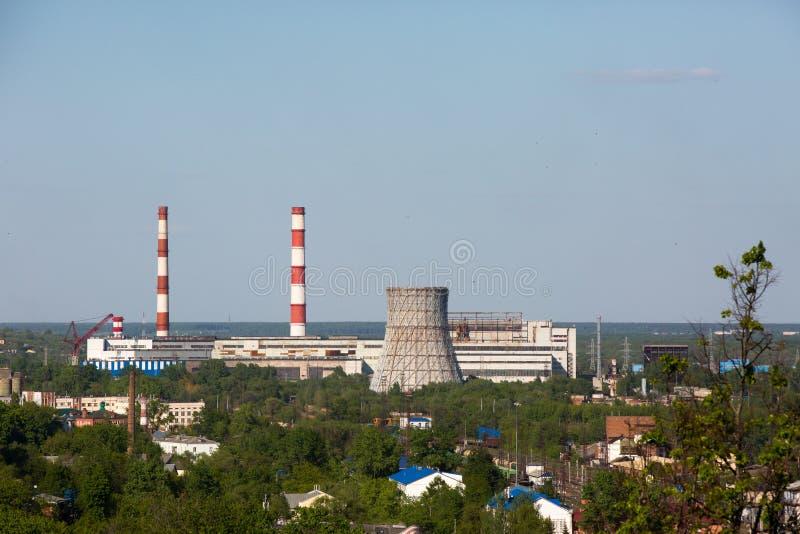 Thermo-elektrische krachtcentrale met koeltoren royalty-vrije stock afbeelding