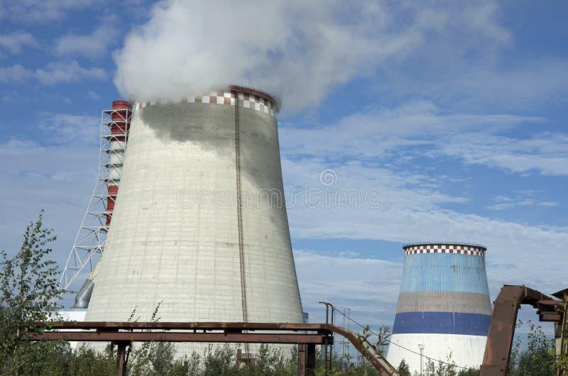 Thermo-elektrische krachtcentrale met rookpijp stock foto's