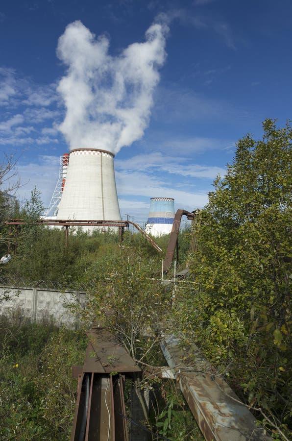 Thermo-elektrische krachtcentrale met rookpijp royalty-vrije stock fotografie