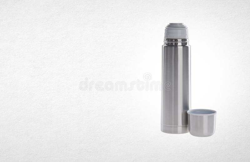 Thermo eller Thermo flaska från rostfri stee på bakgrund arkivbilder