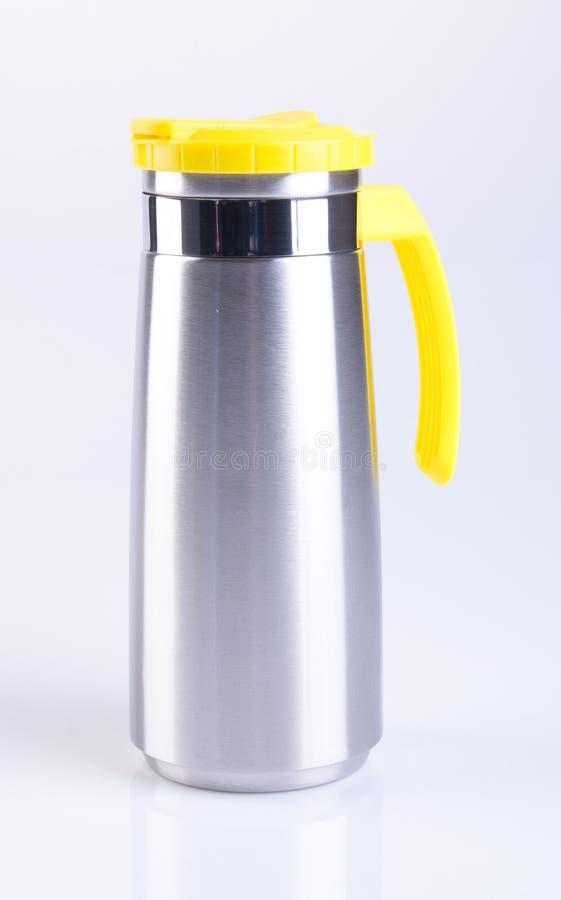 Thermo eller Thermo flaska från rostfri stee på bakgrund arkivfoton
