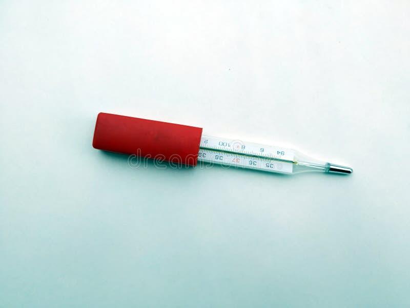 Thermomètre à mercure, sur le fond blanc images stock