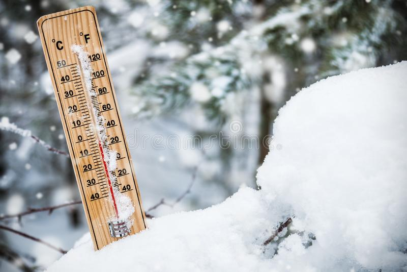 Thermomètre avec la température inférieure à zéro coincé dans la neige image libre de droits