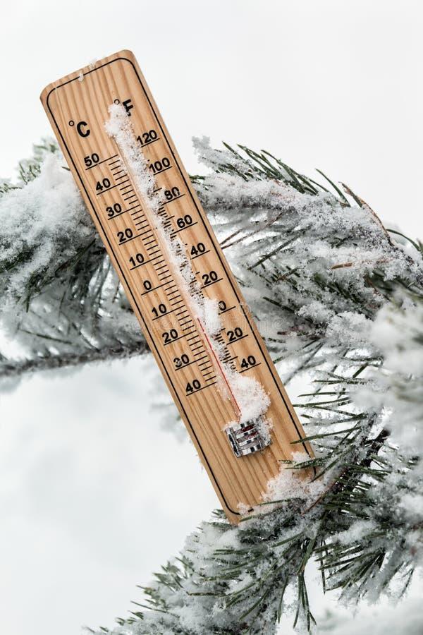 Thermomètre avec la température inférieure à zéro coincé dans la neige photos libres de droits
