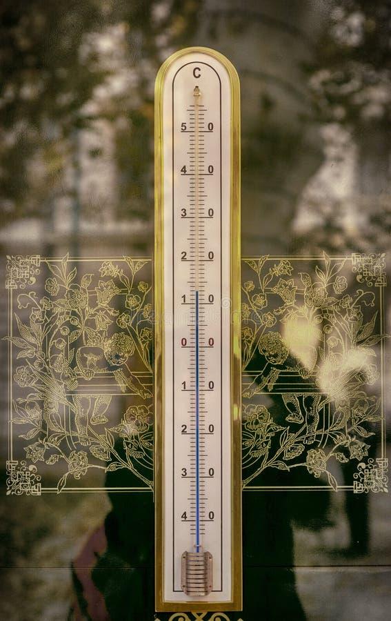 Thermomètre avec le mercure dans le tube de verre photographie stock