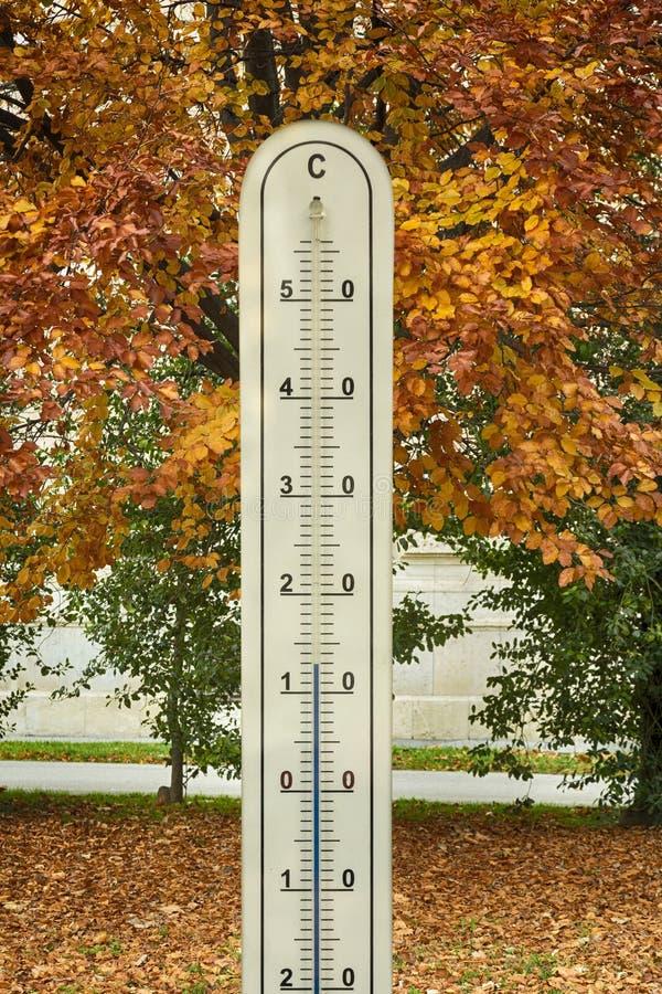 Thermomètre avec le mercure dans le tube de verre photos stock