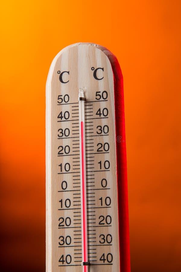 Thermomètre Celsius avec le fond chaud photos libres de droits