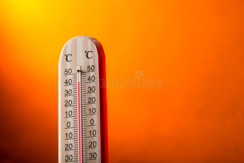 Thermomètre Celsius avec le fond chaud images libres de droits