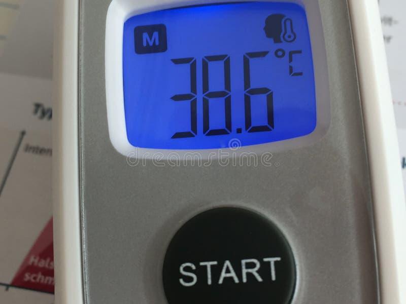 Thermomètre de fièvre montrant la température corporelle photo stock