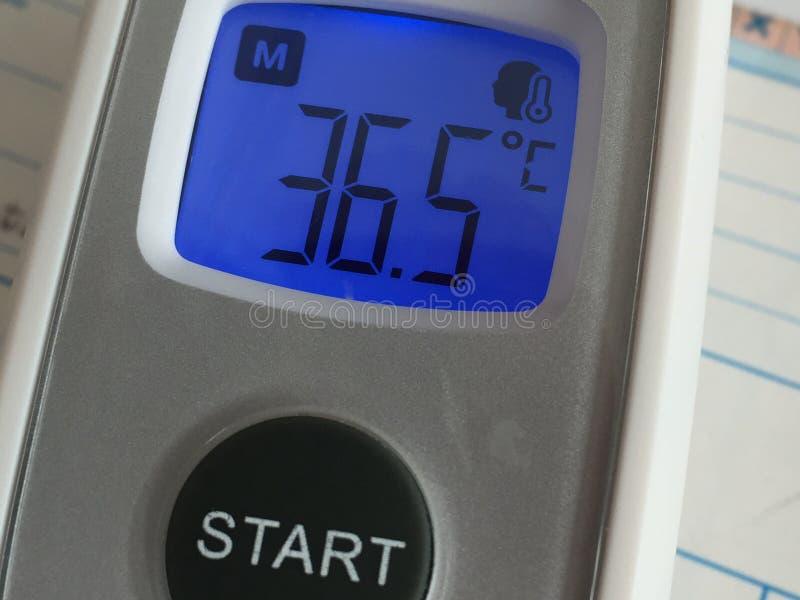 Thermomètre de fièvre montrant la température corporelle photos libres de droits