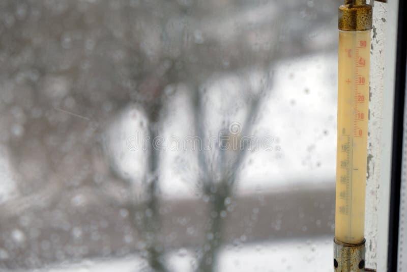 Thermomètre en dehors de la fenêtre pendant l'hiver image libre de droits