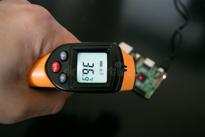 Thermomètre infrarouge, avec le point de laser images stock
