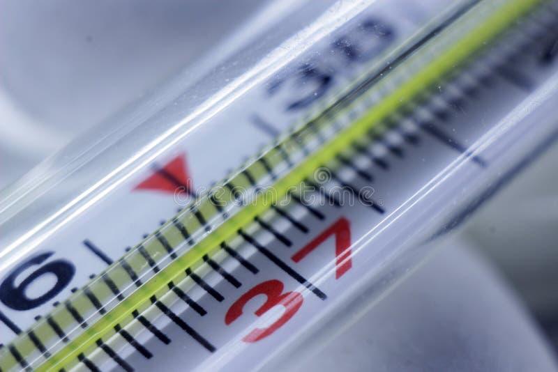 Thermomètre médical dans le macro avec la température photo stock