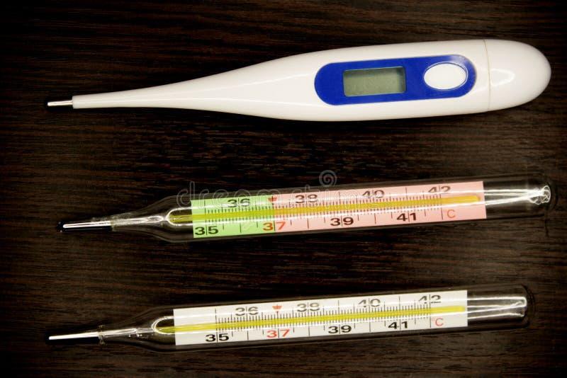 Thermomètre médical dans le macro avec la température images libres de droits
