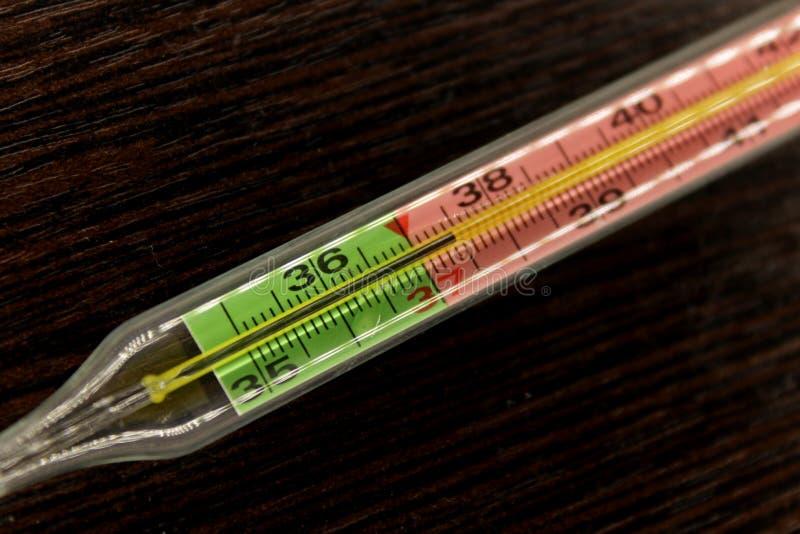 Thermomètre médical dans le macro avec la température photographie stock