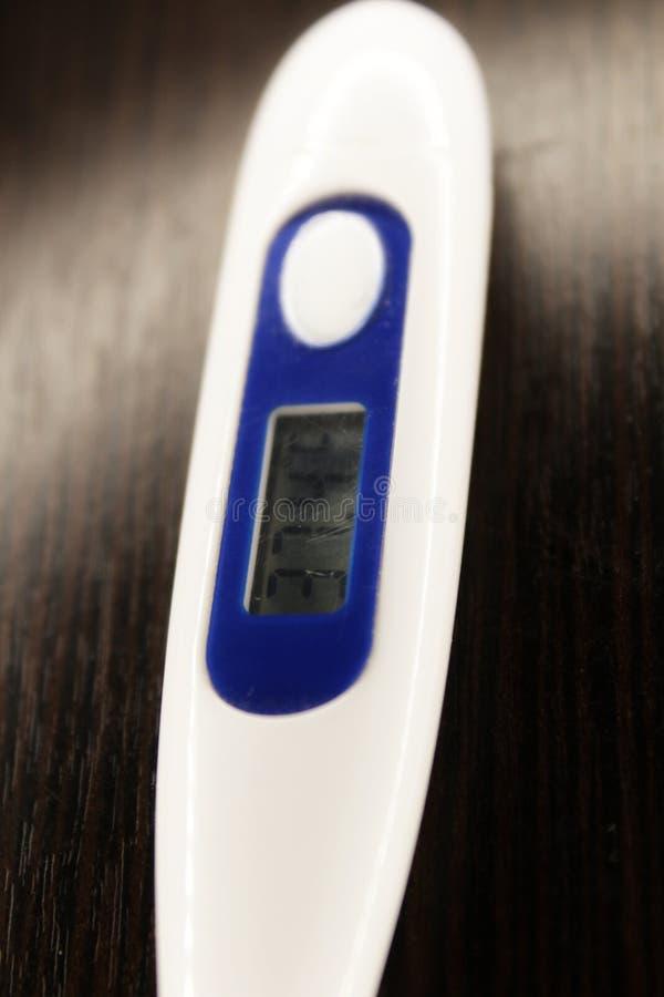 Thermomètre médical dans le macro avec la température image libre de droits