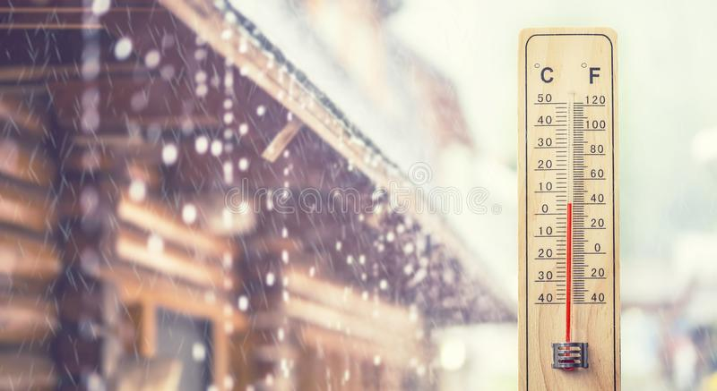 Thermomètre montrant 5 degrés de Celsius ou 40 Fahrenheit, en Th photos stock