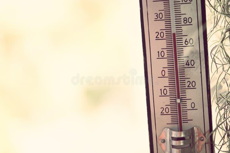 Thermomètre montrant la température dans les degrés Celsius photos stock