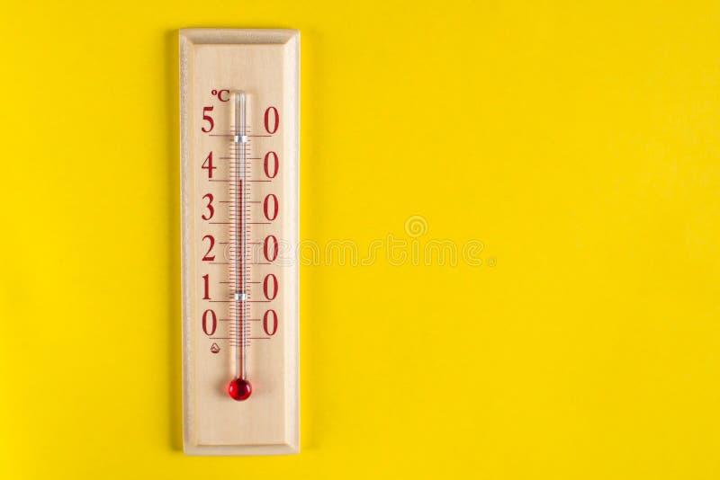 Thermomètre pour la température de l'air de mesure sur le fond jaune photographie stock