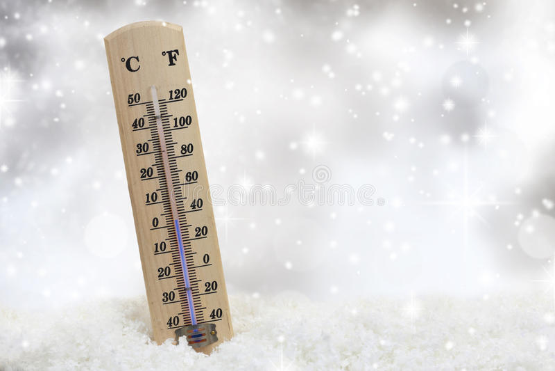 Thermomètre sur la neige photo stock