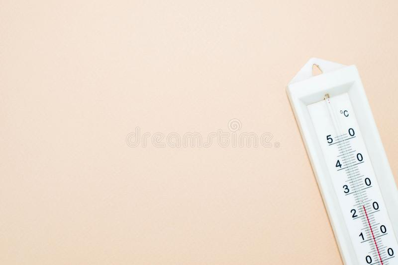 Thermomètre sur le fond rose images libres de droits