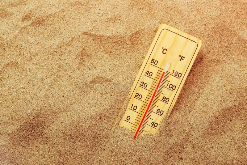 Thermomètre sur le sable chaud de désert photo libre de droits