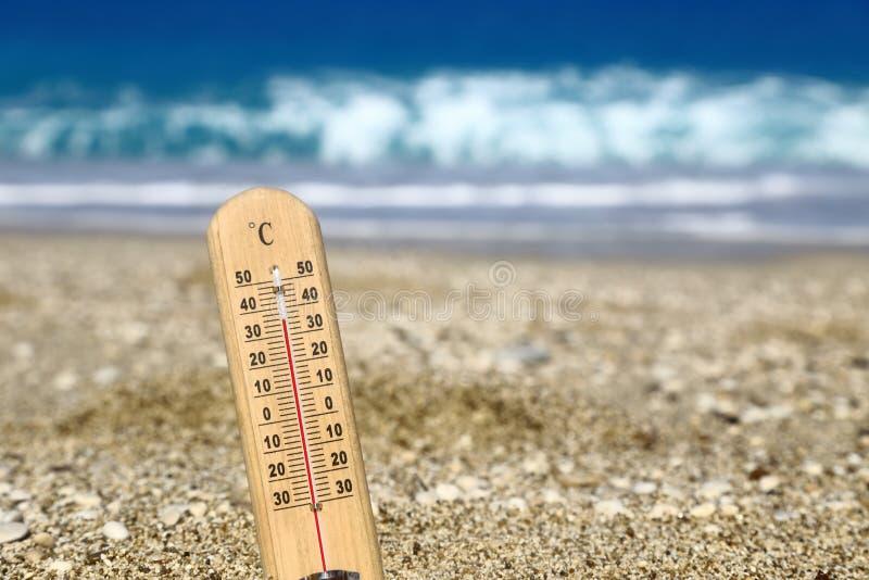 Thermomètre sur une plage photographie stock libre de droits