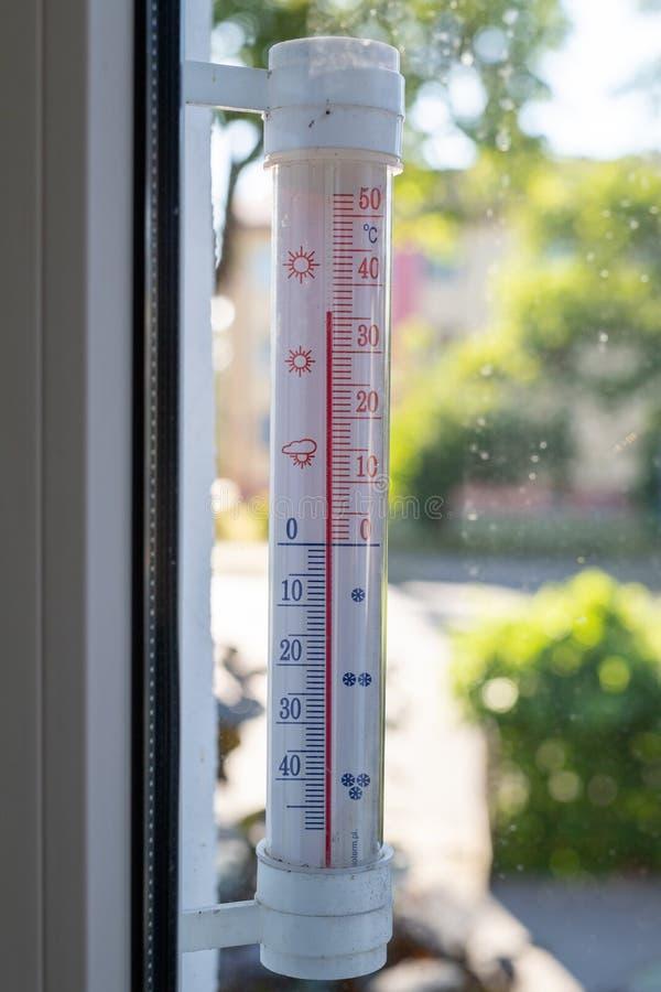 Thermom?tre indiquant la haute temp?rature La chaleur dans la ville est une menace pour des résidents image stock
