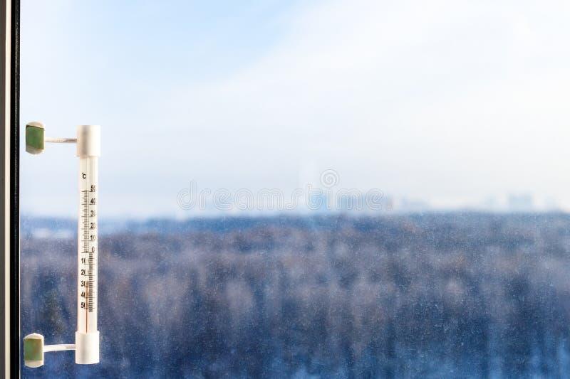 Thermometer auf Fensterglas am kalten Wintertag lizenzfreie stockfotos