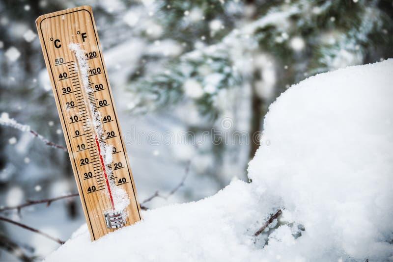 Thermometer met temperatuur onder het vriespunt die in de sneeuw wordt geplakt royalty-vrije stock afbeelding