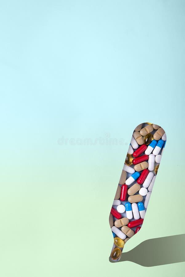 Thermometer mit Pillen und Pillen Minimalismus Das Konzept der erster Hilfe im Falle der Hitze, Temperatur Steuern Sie Behandlung lizenzfreies stockfoto