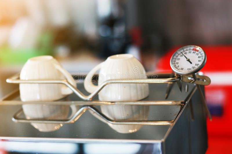 Thermometer op koffiemachine royalty-vrije stock fotografie