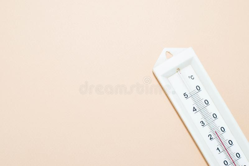 Thermometer op roze achtergrond stock foto's