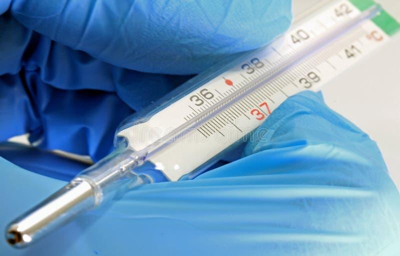 Thermometer ter beschikking tijdens de griepepidemie stock afbeeldingen