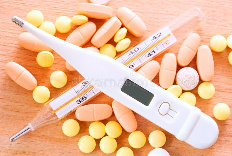 Thermometer und Pillen stockfotos
