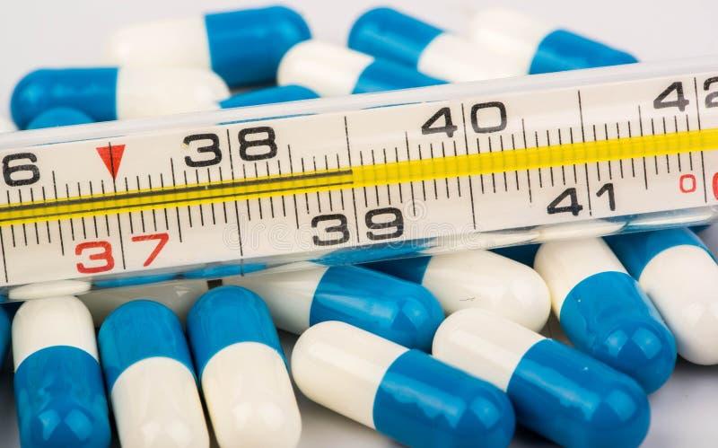 Thermometer und Pillen stockfotografie