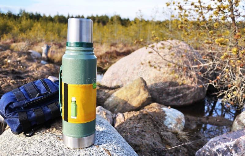 Thermos pour les boissons chaudes et froides avec la poignée Avec ce thermos vous pouvez aller trimarder photographie stock