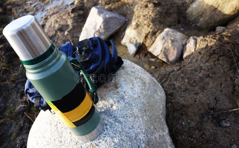 Thermos pour les boissons chaudes et froides avec la poignée Avec ce thermos vous pouvez aller trimarder image stock