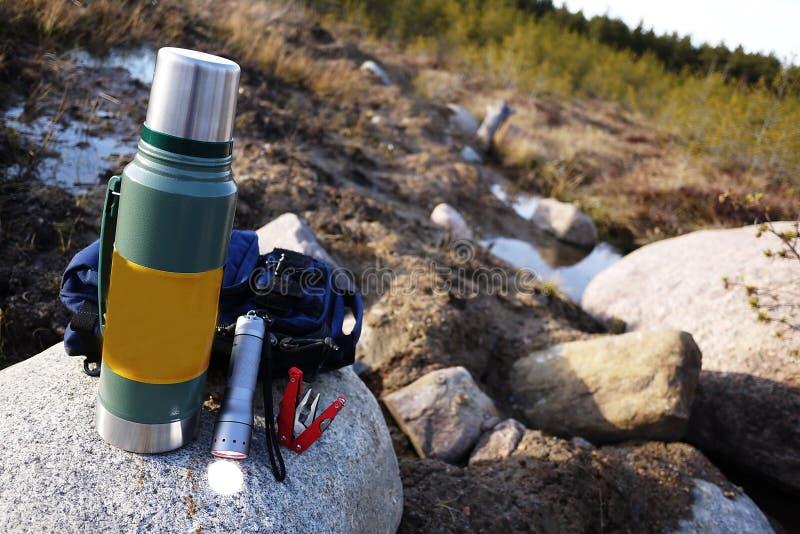 Thermos pour les boissons chaudes et froides avec la poignée Avec ce thermos vous pouvez aller trimarder photographie stock libre de droits