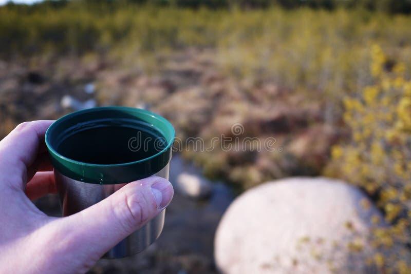 Thermos pour les boissons chaudes et froides avec la poignée Avec ce thermos vous pouvez aller trimarder images stock