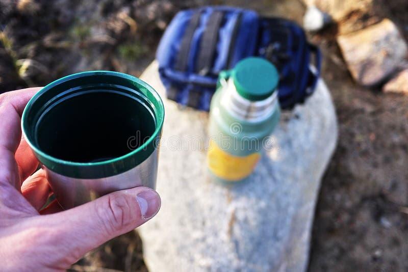 Thermos pour les boissons chaudes et froides avec la poignée Avec ce thermos vous pouvez aller trimarder photo libre de droits