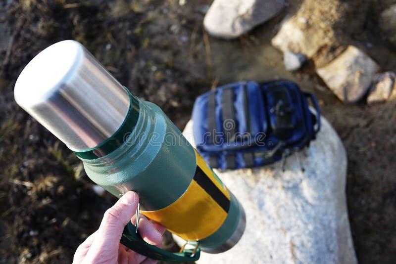 Thermos pour les boissons chaudes et froides avec la poignée Avec ce thermos vous pouvez aller trimarder image libre de droits