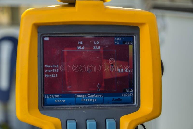 Thermoscanthermal bildkamera, bildläsning till säkerhetsbrytaren för vikarier c arkivfoto