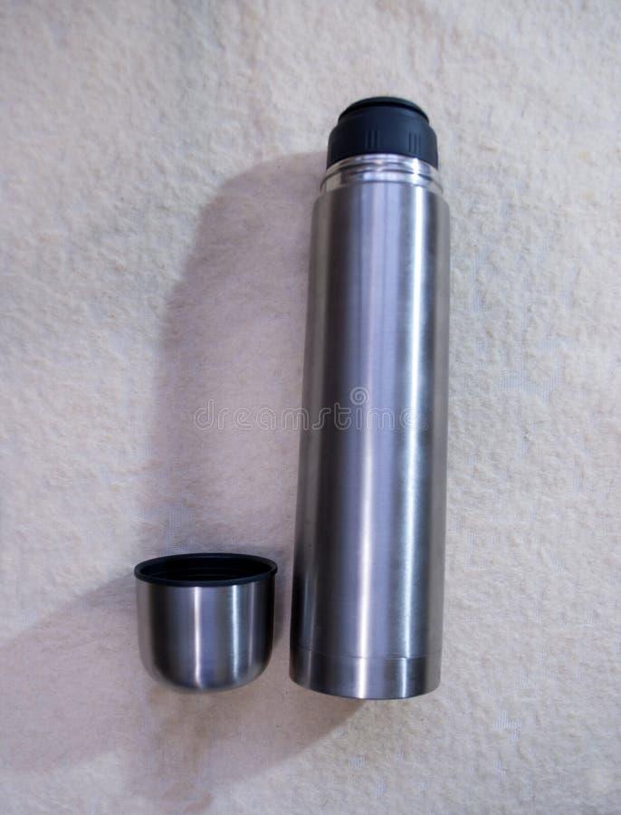 Thermosflasche mit Edelstahl lizenzfreie stockfotografie