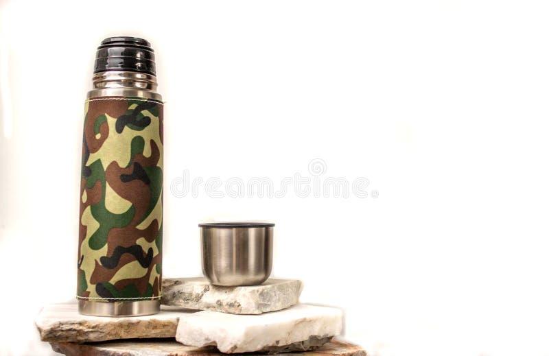 Thermosflascheflasche auf einem weißen Hintergrund lizenzfreie stockfotografie