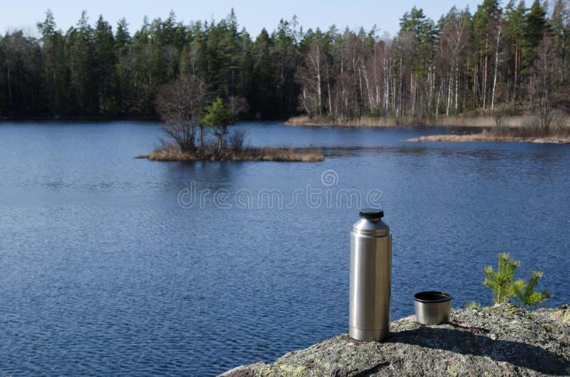 Thermosflessen door bosmeerkant stock foto