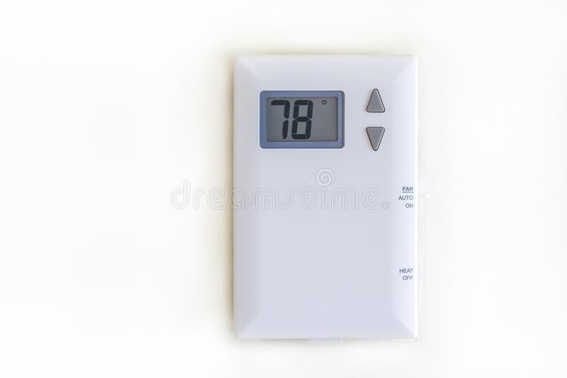 Thermostat numérique blanc sur le mur blanc antique photographie stock libre de droits