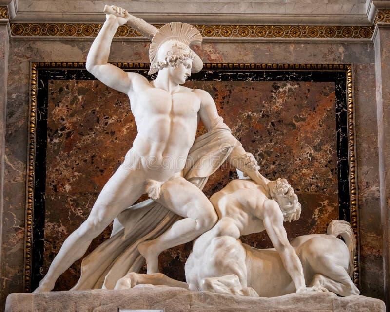Theseus derrota o centauro, escultura no musa de Kunsthistorisches foto de stock