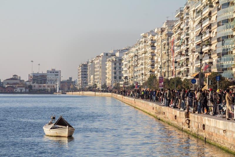 THESSALONIKI GREKLAND - DECEMBER 26, 2015: Aveny för Thessaloniki sjösidaseger, aka Nikis som ses i vinter, en tung folkmassa på  arkivfoto