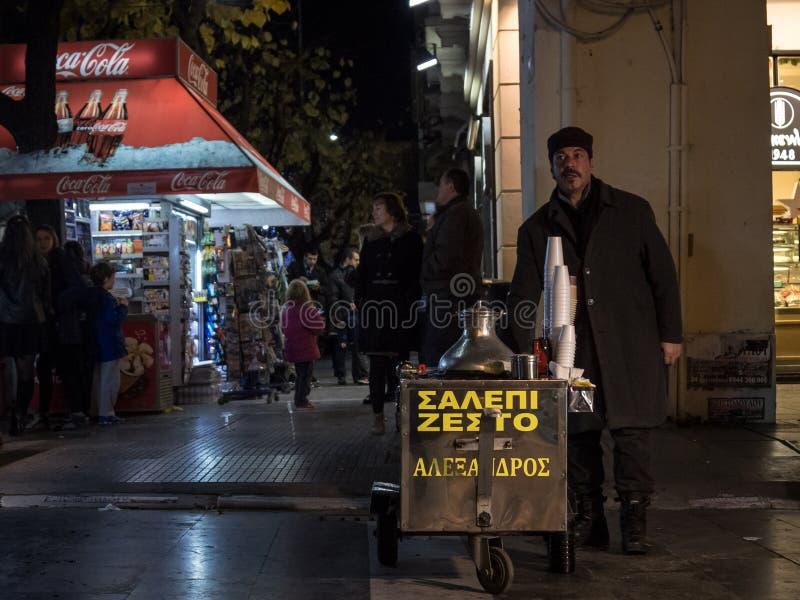 THESSALONIKI GREKLAND - DECEMBER 25, 2015: Salepsäljare i aftonen Salep är en traditionell grek och en turkisk drink som göras av royaltyfri bild